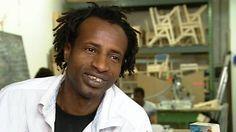Maiga Chamseddine aus Mali ist unter Lebensgefahr über Italien nach Berlin geflüchtet. Im Protestcamp auf dem Oranienplatz in Berlin-Kreuzberg bekam er Kontakt zu den Initiatoren des Projekts ...