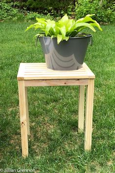This simple side table is a great addition to your yard or front porch. It will add a spot for a lemonade or even for all your s'mores ingredients. Small Outdoor Side Table, Patio Side Table, Square Side Table, Small Patio, Wood Patio, Diy Patio, Woodworking Projects Diy, Diy Wood Projects, Wood Crafts