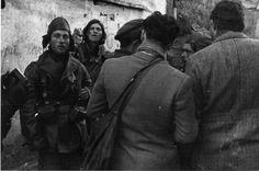 Los reporteros de noticias se mezclaban con los miembros de las Brigadas Internacionales. Entre ellos se encuentra el novelista estadounidense y periodista Ernest Hemingway
