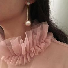 Certain items should be a staple in any woman's wardrobe. For example, every woman needs an LBD (little black dress), and a pair of pearl earrings. Pearl earrings have the wonderful ability of bein… Girly Girl, Up Girl, Fashion Details, Look Fashion, Fashion Design, Estilo Lady Like, Mode Ootd, Pink Aesthetic, Aesthetic Fashion