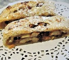 """is a rolled dough cake made with apples, pine nuts, raisins and cinnamon. In it's prepared with a type of sugary apples, called """"Golden Delicious """". This type of apple can maintain the heat while cooking, and keeps its softness. Famous Italian Dishes, Italian Recipes, Choc Mousse, Raisin, How To Make Cake, Bagel, Oven, Bread, Baking"""
