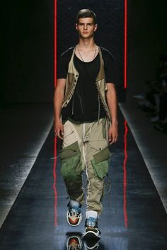 Spring 2019 Menswear Fashion Show Collection: See the complete Spring 2019 Menswear collection. Look 2 Mens Spring Fashion Outfits, Men's Fashion, Fashion 2020, Runway Fashion, Fashion Design, Fashion Tips, Fashion Weeks, Couture Fashion, Look Street Style