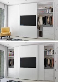 Closet branco, teria espelhos no lugar da TV. Porta de correr com TV para separação da sala / quarto de visitas.