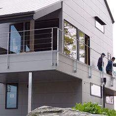 mangetsugamaさんはInstagramを利用しています:「🏡足場が外されました🏡 ・ 見る度に興奮して、まだまだ自分の家だという実感が湧きません。 ・ 外壁の素材選びから、屋根の色や、外壁の塗装の色を一生懸命工務店の方と共に、悩みに悩んだ甲斐がありました😭 ・ 工務店の方には、この外観をセクシーと表現していただきました💃笑 ・…」 Facade, Stairs, Architecture, Outdoor Decor, Instagram, Home Decor, House, Arquitetura, Stairway