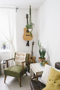 55 Awesome Minimalist Living Room Decor Ideas If you would like present the living room a really one-of-a-kind look, uniquely designed wall pieces would be the … Apartment Living, Home And Living, Apartment Therapy, Bohemian Apartment, Apartment Plants, Small Living, Green Apartment, Parisian Apartment, Cozy Apartment
