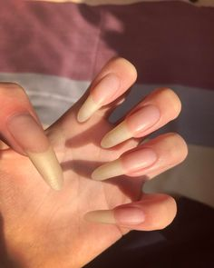 Want some ideas for wedding nail polish designs? This article is a collection of our favorite nail polish designs for your special day. Long Natural Nails, Curved Nails, Long Fingernails, Wedding Nail Polish, Vintage Nails, Gel Nails At Home, Nails Only, Summer Acrylic Nails, Green Nails