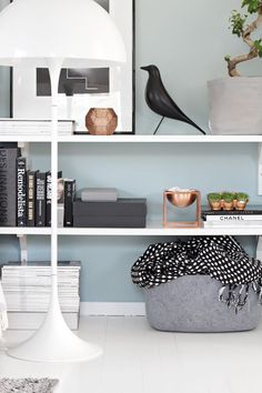 Vorig jaar stak ik ongeveer 11 maanden geleden mijn interieur een beetje in het nieuw door allerlei leuke mintgroene accessoires toe te voegen. En nu begint het meer en meer te kriebelen om wat leuke koperkleurige spulletjes (of roségoud, lijkt me ook mooi) te shoppen. Met andere woorden: mijn lentekriebels zijn alvast flink aanwezig! Related PostsInterieurinspiratie: gordijnen en coWishlist InterieurshoppingHome office: Ikea malm bureauMuurdecoratie: Ikea Ribba ideetjesEen nie...
