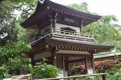 海と山が近く歴史的名所も多い鎌倉には、魅力的なハイキングコースが数多くあります。今回ご紹介する葛原岡・大仏ハイキングコースは、北鎌倉の浄智寺から源氏山公園・葛原岡神社を経由し、鎌倉大仏の高徳院へと至るコース。アップダウンのある山道を歩きながら鎌倉の名所をめぐる、人気の高いコースです。初心者でもトライできますので、ぜひ、動きやすい服装でどうぞ!