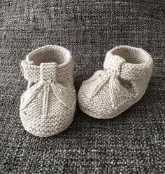 Knitted Baby Boots, Crochet Baby Sandals, Knit Baby Booties, Crochet Baby Shoes, Baby Booties Knitting Pattern, Baby Boy Knitting Patterns, Knitting For Kids, Baby Patterns, Baby Sweaters