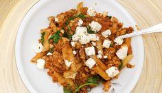 Pasta met vegetarisch gehakt, tomatensaus, spinazie, feta en mozzarella