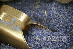 Levandulový sirup | Prima nápady Dried Lavender Flowers, Lavender Buds, Gardening For Dummies, Sock Snowman, Snowmen, Organic Gardening Magazine, Lavender Benefits, Herbal Plants, Tomato Cages