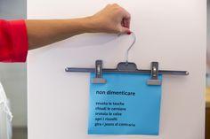 Le cose da non dimenticare prima di fare il bucato | Un foglio A4, un pennarello e una gruccia: ecco l'occorrente per creare una perfetta lista delle cosa da non dimenticare prima di fare il bucato.