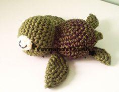 Tartaruga marinha, feita de lã 100% acrilica  TAMANHO PEQUENO.  A cor do casco pode ser trocado.  ** Confira as cores disponíveis com o vendedor. R$ 25,00