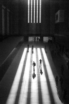 A perfect space . Turbine hall in Tate modern. Shadow Photography, Modern Photography, Light Photography, Black And White Photography, Street Photography, Minimalist Photography, Tate Modern London, The Tate Modern, Modern Art