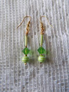 Boucles oreille fil aluminium doré, perles vertes