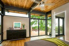 Levantamiento de este moderno nuevo hogar en una colina en el barrio de Barton Hills de Austin, Texas, por a parallel architecture , se ex...