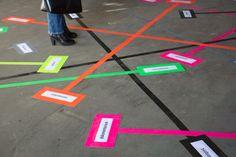 Magnus Hengge, Positionieren, 2013, Tapes auf Beton, Ausstellungsansicht