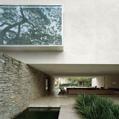 House / Marcio Kogan GREAT SHADE OF WHITE CEMENT RENDER LOOKS FANTASTIC WITH THE HUES OF GREY