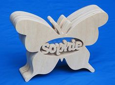 Spaarpot met eigen naam model Vlinder 2. Penny Bank, Wooden Gifts, Model, Design, Butterflies, Pendants, Gatos, Wood Gifts