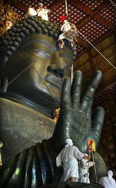 Ominugui - a care of Daibutsu Nara 箒などで丁寧にほこりを払う東大寺の「お身ぬぐい」=奈良市の同寺で2012年8月7日午前7時45分、山崎一輝撮影