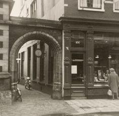Haarlem 1964 Zijlstraat 100.  De toegangspoort tot de Pandsteeg bij de Zijlstraatvleugel van het stadhuis te Haarlem