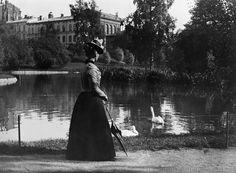 Nainen Kaisaniemen altaan äärellä.  Tanhuanpää 1910. Helsingin kaupunginmuseo - repronegatiivi, filmi, mv - Finna