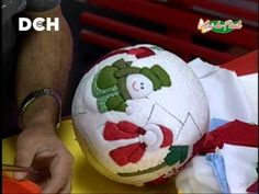 Esfera navideña con técnica PSA - YouTube                                                                                                                                                      Más Quilted Christmas Ornaments, Fabric Ornaments, Diy Christmas Ornaments, Felt Christmas, Holiday Crafts, Christmas Holidays, Christmas Wreaths, Christmas Decorations, Christen