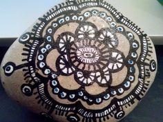 Mandala pintado sobre una piedra encontrada en la playa