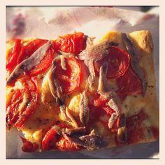 #Focaccia #genovese con #pomodori e #alici  ( #Sottoripa )