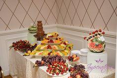 Masa de fructe si fantana de ciocolata www.imperatoria.ro Gingerbread, Bar, Desserts, Recipes, Food, Tailgate Desserts, Deserts, Rezepte, Essen