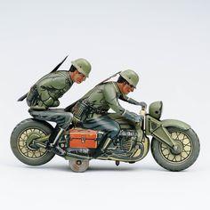 CKO Kellermann 357 peltilelu, moottoripyörä ja 2 saksalaista sotilasta, leimoja D.R.G.M, ENGL. PAT, MADE IN GERMANY, stansattu GGN, valmistetu 1930-luvulla. Motorcycle, Vehicles, Design, Motorcycles, Car, Motorbikes, Choppers, Vehicle