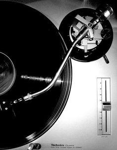 technics SL-1200 - released in 1972, a DJ standard!: