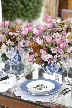 Um mesa com tons azul, branco e rosa para receber bem quem chega de viagem e precisa relaxar.