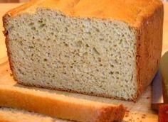 Glutenvrij brood gebakken met tarwevrije bloem, droge gist, water, maizena, zout, suiker en maisolie