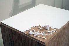 Der Typ hat ein feines Händchen: Peter Callesen schneidet einzigartige Skulpturen aus jeweils einem Blatt A4 Papier. Der Däne hat sich bewusst für die zunächst neutrale Erscheinungsweise eines weißen Blattes entschieden um daraus tragisch romantische Werke zu erschaffen. Faszinierende Transformationen vom flachen Weiß hinein in tiefe Charaktere und Welten: Denmark-born artist Peter Callesen creates incredible works of art from a... Weiterlesen