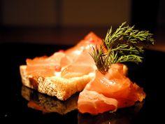 Forchettina Irriverente: Salmone marinato con burro alla senape e aneto
