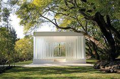 """""""La Estancia Glass Chapel""""  ガラスの教会。教会には元々ステンドグラスでガラスのイメージがあるが、全体がガラスであることに惹かれた。ガラスのクロスも美しく、純白のウェディングドレスがよく映えるだろうと思う。"""