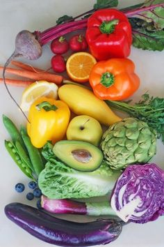 For more juicing tips, click now. Stay fit and healthy just by making the most of juicing. Nutrition is essential to our long term overall health. An abundance of fruit and veggies will almost allways be healthy for you. New Fruit, Colorful Fruit, Fruit And Veg, Fruits And Veggies, Colorful Vegetables, Fresh Vegetables, Rainbow Food, Eat The Rainbow, Whole Foods