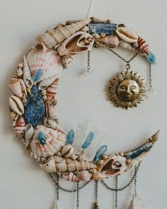 Sea Crafts, Cute Crafts, Moon Crafts, Seashell Art, Seashell Crafts, Diy Dream Catcher Tutorial, Seashell Projects, Dream Catcher Craft, Wiccan Crafts