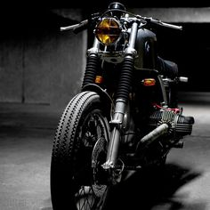 Great shot of this beautiful BMW R100.