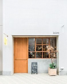 restaurant exterior Minimal restaurant cafe exterior store front of Kiiro in Nara Japan Restaurant Door, Restaurant Exterior, Restaurant Design, Cafe Shop Design, Cafe Interior Design, Shop Front Design, Pattern Architecture, Interior Architecture, Café Exterior