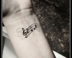 Noten Tattoo am Handgelenk  #tattoos #tattoo #musiktattoo #music  visit: https://www.tattoo-magazin.com/
