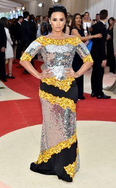Demi Lovato de Les pires tenues du gala du Met 2016  Demi est superbe mais sa robe statuesque dorée, argentée, jaune et noire allait un peu dans tous les sens.