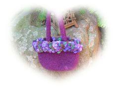 Es ist bald wieder so weit. Das Oktoberfest steht vor der Tür.  Ein Dirndltascherl möchte Dein Wiesenoutfit komplettieren.  Violette Schurwolle...