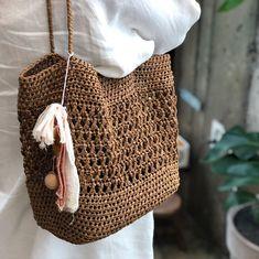 시즌이 지나가는 길.. 망설이고 있었는데 회원님께서 키트로 짠 완성해오셨네요🤗✨컬러감 보시다시피,, 가을,겨울 쭉쭉 지푸라기의 인기는 계속될것같아요🌿🍂 @yshy486님 작품#밀리언리즌스백… Crochet Clutch Bags, Crochet Handbags, Handmade Leather Wallet, Handmade Bags, Jean Purses, Crochet Market Bag, Bag Pattern Free, Denim Bag, Knitted Bags