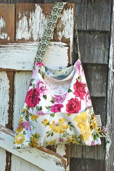 Like the shape.Another pretty market tote. Handmade Fabric Bags, Handmade Purses, Handmade Bracelets, Sewing Crafts, Sewing Projects, Summer Bags, Spring Summer, Creative Textiles, Handbag Patterns