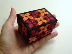 Easy needlepoint gift box - plastic canvas free pattern
