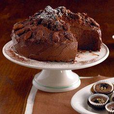 An Weihnachten darf auch die Torte ruhig mal etwas üppiger ausfallen. Diese hier ist die reinste Sünde aus Schokolade und Zimt ... Zum Rezept: Schoko-Torte mit Mandelkern