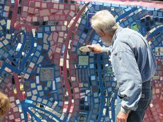 Isaiah Zagar giving a MOsaic Mural Workshop. Photo by Allioson Benkovich. Mosaic Crafts, Mosaic Art, Mosaic Glass, Mosaic Tiles, Philadelphia Magic Gardens, Tutorial Class, Murals Street Art, Mosaic Garden, Once In A Lifetime