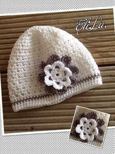 Weiße Mütze mit grauer Blüte <3